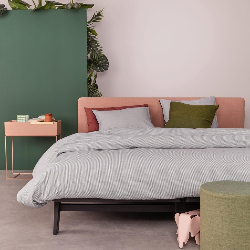 Checkmate dekbedovertrek white op een auping bed