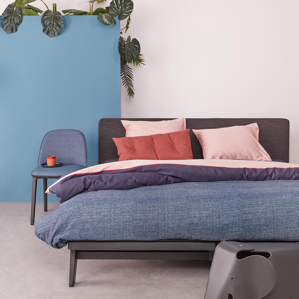 Dekbedovertrek Gryphon blue op een Auping Essential bed
