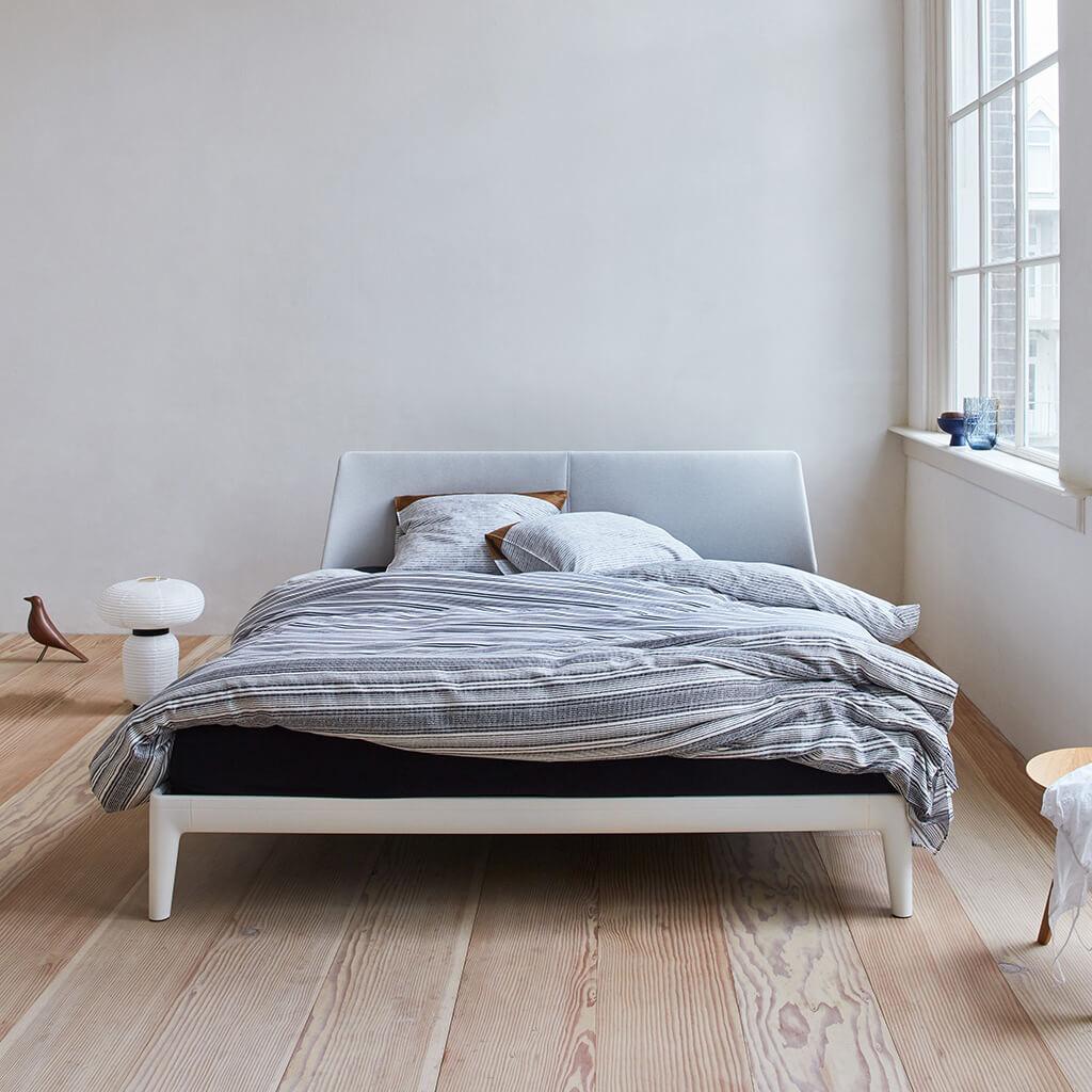 Dekbedovertrek Achilles Black op een Auping Original bed