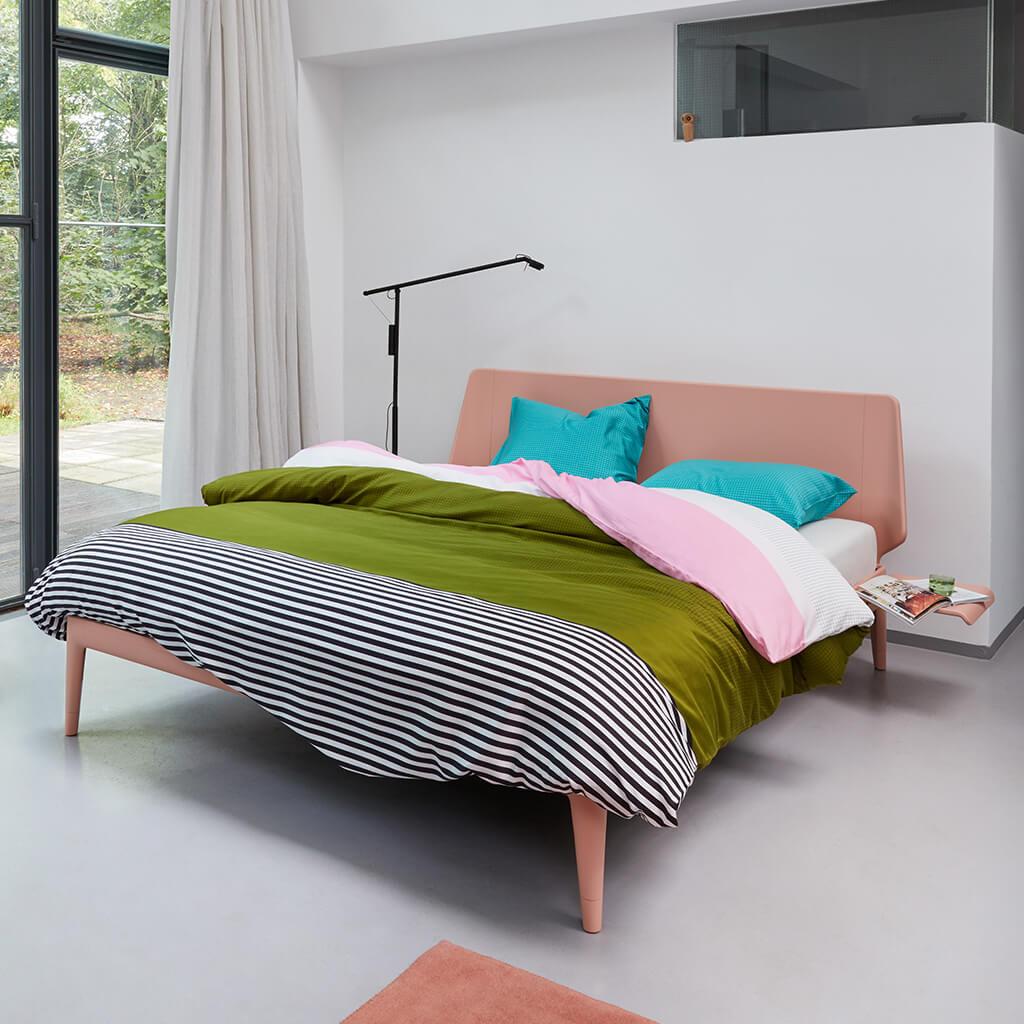 Sirocco dekbedovertrek green op een Auping Essential bed