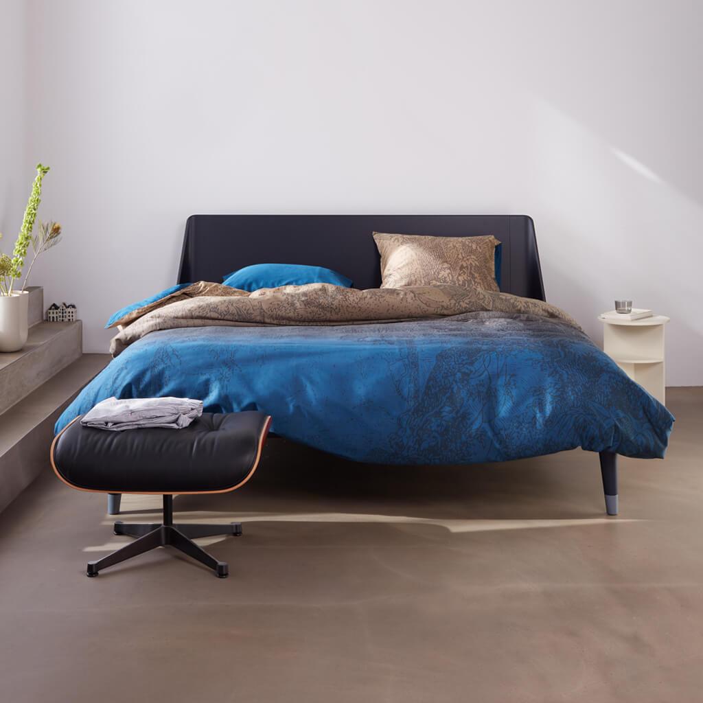 Athena dekbedovertrek blue op een Auping Essential bed