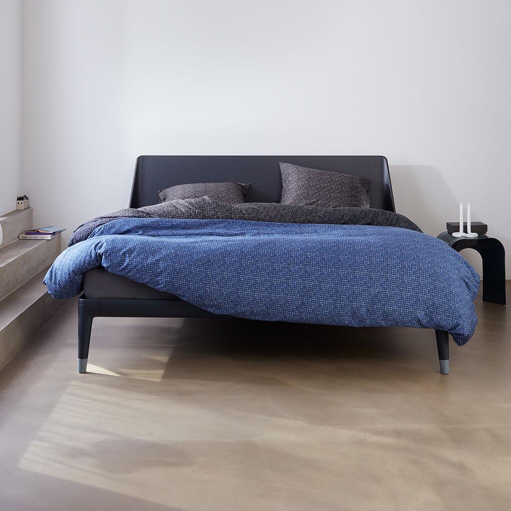 Dekbedovertrek Indigo blue op een Auping Essential bed